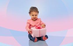Piccola neonata felice con regalo di compleanno Fotografie Stock