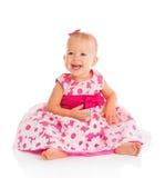 Piccola neonata felice in vestito festivo rosa luminoso isolato Immagini Stock