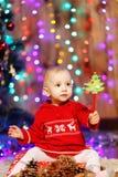 Piccola neonata nelle decorazioni di Natale Fotografia Stock Libera da Diritti