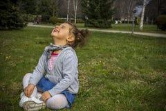 Piccola neonata in parco Fotografia Stock
