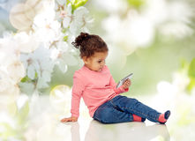 Piccola neonata sorridente che gioca con lo smartphone Fotografia Stock Libera da Diritti