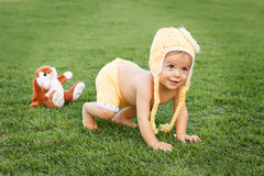Piccola neonata sorridente felice in abbigliamento giallo e divertente svegli Immagini Stock