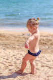 Piccola neonata sulla spiaggia Fotografie Stock Libere da Diritti