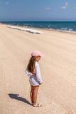 Piccola neonata sulla spiaggia Immagini Stock Libere da Diritti
