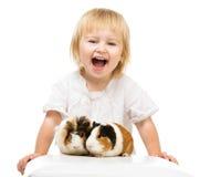 Piccola neonata sveglia con le cavie Fotografie Stock Libere da Diritti