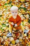 Piccola neonata sveglia divertendosi il bello giorno dell'autunno fotografia stock