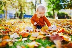 Piccola neonata sveglia divertendosi il bello giorno dell'autunno immagine stock