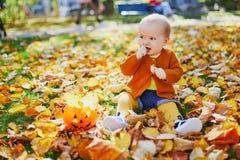 Piccola neonata sveglia divertendosi il bello giorno dell'autunno fotografia stock libera da diritti
