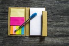 Piccola nota con carta appiccicosa per la gente di affari, gli insegnanti e gli studenti Fotografie Stock Libere da Diritti