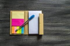 Piccola nota con carta appiccicosa per la gente di affari, gli insegnanti e gli studenti Fotografia Stock Libera da Diritti