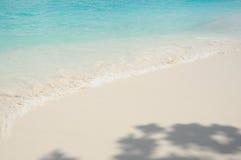 Piccola onda sulla bella spiaggia fotografia stock libera da diritti