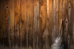Piccola pala che pende contro il recinto di legno Fotografia Stock