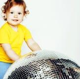 Piccola palla adorabile sveglia della discoteca della tenuta della neonata isolata su wh immagine stock libera da diritti