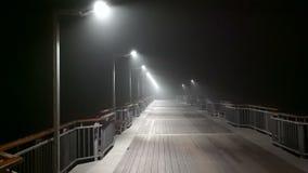 Piccola pioggia di notte sul pilastro in Pomorie, Bulgaria video d archivio
