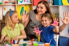 Piccola pittura del dito della ragazza degli studenti nella classe di scuola di arte Fotografia Stock Libera da Diritti