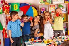 Piccola pittura del dito della ragazza degli studenti nella classe di scuola di arte Immagini Stock Libere da Diritti