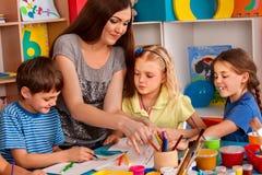 Piccola pittura del dito della ragazza degli studenti nella classe di scuola di arte Fotografia Stock