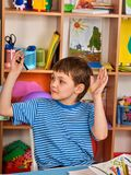 Piccola pittura del ragazzo degli studenti nella classe di scuola di arte Fotografia Stock