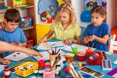 Piccola pittura della ragazza degli studenti nella classe di scuola di arte Immagine Stock