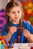 Piccola pittura della ragazza degli studenti nella classe di scuola di arte Immagini Stock