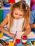 Piccola pittura della ragazza degli studenti nella classe di scuola di arte Fotografia Stock