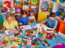 Piccola pittura della ragazza degli studenti nella classe di scuola di arte Fotografie Stock Libere da Diritti