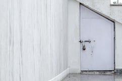 Piccola porta sulla parete di marmo Fotografia Stock Libera da Diritti