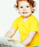 Piccola posa adorabile sveglia della neonata isolata sul backgrou bianco fotografia stock