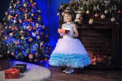 Piccola principessa all'albero di Natale Fotografia Stock