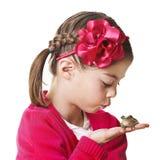 Piccola principessa che bacia una rana Fotografia Stock Libera da Diritti