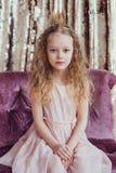 Piccola principessa Ragazza graziosa con la corona dorata Fotografie Stock Libere da Diritti