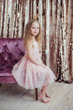 Piccola principessa Ragazza graziosa con la corona dorata Fotografia Stock