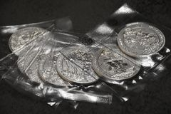 Piccola raccolta delle monete di investimento dal Ruanda, argento puro immagine stock libera da diritti