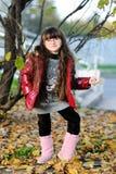 Piccola ragazza adorabile con capelli scuri lunghi Fotografia Stock