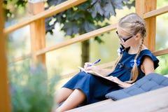 Piccola ragazza adorabile della scuola con le note e le matite all'aperto Di nuovo al banco Fotografie Stock Libere da Diritti