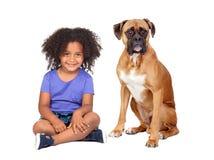 Piccola ragazza africana ed il suo cane immagine stock