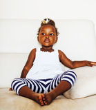 Piccola ragazza afroamericana sveglia che gioca a casa, adorab grazioso Immagine Stock Libera da Diritti