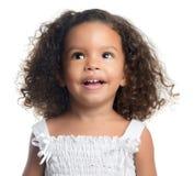 Piccola ragazza afroamericana sveglia isolata su bianco fotografie stock libere da diritti