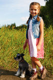 Piccola ragazza americana sveglia con il suo cane per una passeggiata Immagine Stock