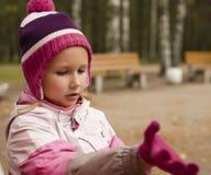Piccola ragazza arrabbiata nei guanti d'uso del cappello fuori nel parco di autunno, concetto della gente di stile di vita Immagine Stock Libera da Diritti