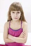 Piccola ragazza arrabbiata sveglia fotografie stock libere da diritti
