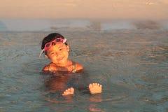 Piccola ragazza asiatica che attende in acqua Fotografia Stock