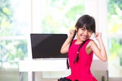 Piccola ragazza asiatica che la allunga armi Fotografia Stock Libera da Diritti