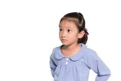 Piccola ragazza asiatica che posa il fondo dell'isolato del fronte di preoccupazione Fotografia Stock Libera da Diritti