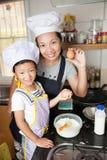 Piccola ragazza asiatica che produce pancake Fotografia Stock Libera da Diritti