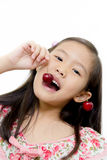 Piccola ragazza asiatica con la ciliegia rossa fresca Fotografie Stock