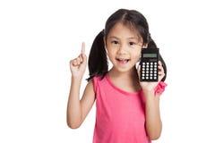 Piccola ragazza asiatica con un calcolatore Immagini Stock