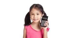 Piccola ragazza asiatica con un calcolatore Immagine Stock