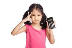 Piccola ragazza asiatica con un calcolatore Fotografia Stock