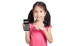 Piccola ragazza asiatica con un calcolatore Fotografie Stock Libere da Diritti
